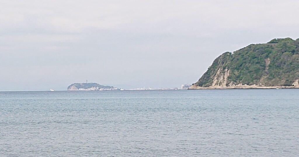 逗子海岸 東浜から江ノ島望む(拡大) / Enoshima from Zushi Beach (2021 April 16th)