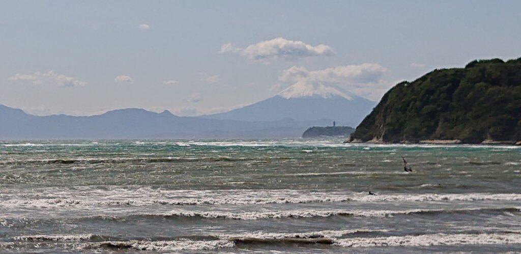 逗子海岸 東浜から江ノ島と富士山望む(拡大) / Enoshima and Mt.Fuji from Zushi Beach (2021 April 18th)