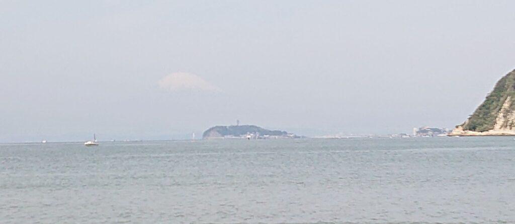 逗子海岸 東浜から江ノ島と富士山望む(拡大) / Enoshima and Mt.Fuji from Zushi Beach (2021 April 24th)
