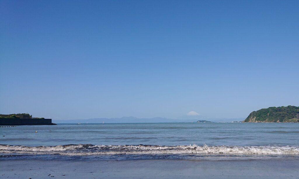 逗子海岸 東浜から江ノ島と富士山望む / Enoshima and Mt.Fuji from Zushi Beach (2021 April 30th)
