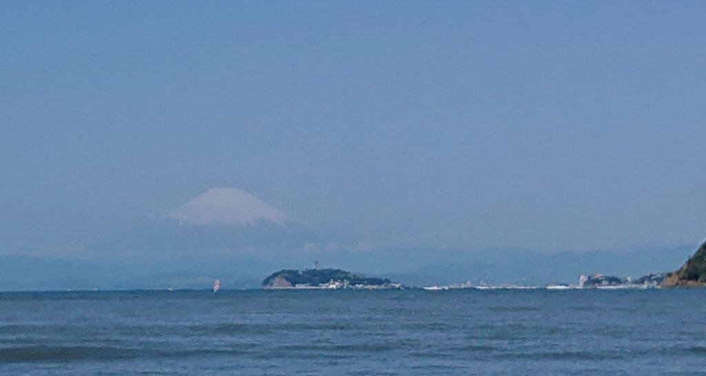 逗子海岸 東浜から江ノ島と富士山望む(拡大) / Enoshima and Mt.Fuji from Zushi Beach (2021 April 30th)
