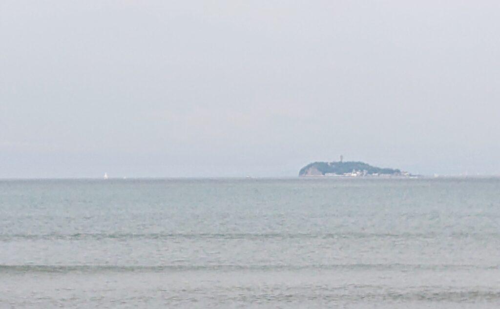 逗子海岸 東浜から江ノ島望む(拡大) / Enoshima from Zushi Beach (2021 May 14th)