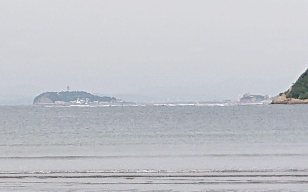 逗子海岸 東浜から江ノ島望む(拡大) / Enoshima from Zushi Beach  (2021 May 26th)