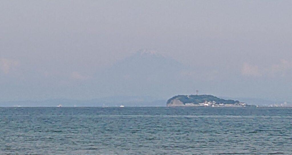 逗子海岸 東浜から江ノ島と富士山望む(拡大) / Enoshima and My.Fuji from Zushi Beach (2021 June 11th)