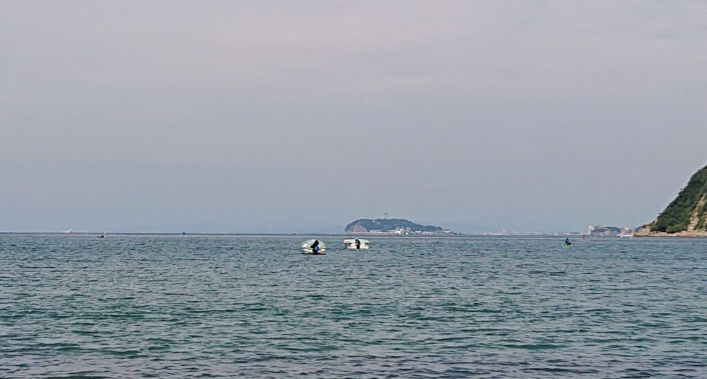逗子海岸 東浜から江ノ島望む (拡大)/ Enohima from Zushi Beach  (2021 June 18th)