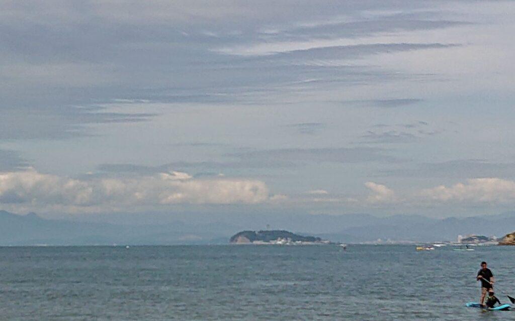 逗子海岸 東浜から江ノ島望む(拡大) / Enoshima from Zushi Beach (2021 Aug 11th)