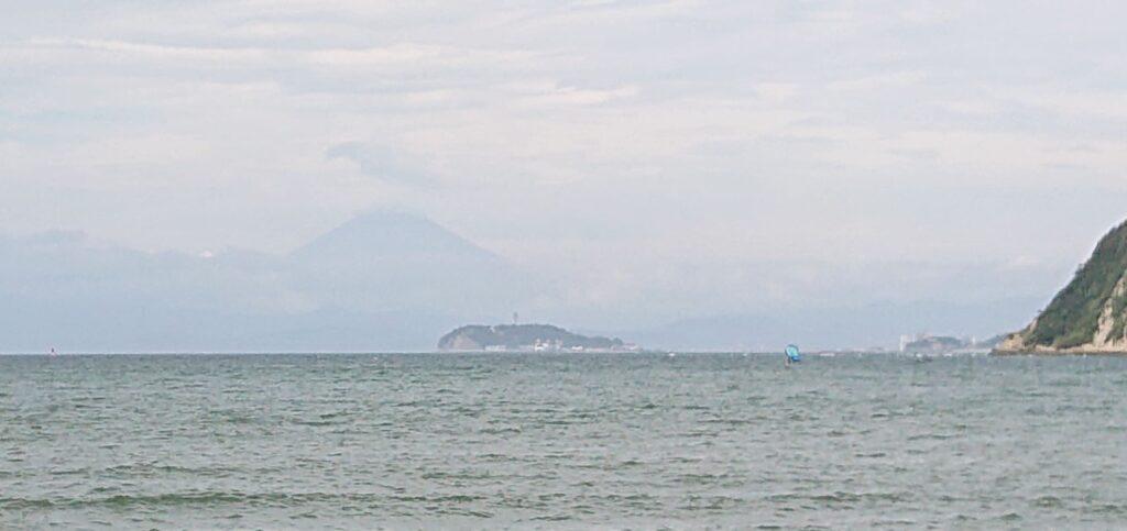 逗子海岸 東浜から江ノ島望む(拡大) / Enoshima and Mt.Fuji from Zushi Beach (2021 Aug 25th)