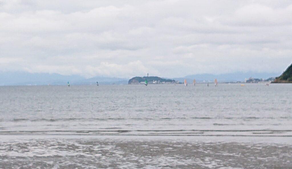 逗子海岸 東浜から江ノ島望む(拡大) / Enoshima aand Mt.Fuji from Zushi Beach (2021 Sep 5th)