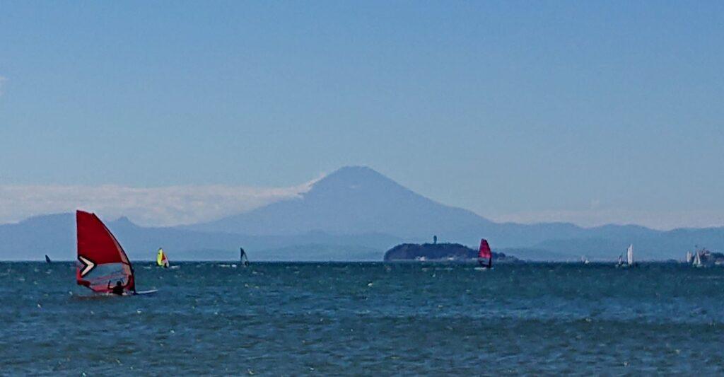 逗子海岸 東浜から江ノ島と富士山望む (拡大)/ Enoshima and Mt.Fuji from Zushi Beach (2021 June 19th)