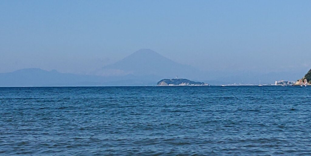 逗子海岸 東浜から江ノ島と富士山望む (拡大)/ Enoshima and Mt.Fuji from Zushi Beach (2021 Sep 23th)