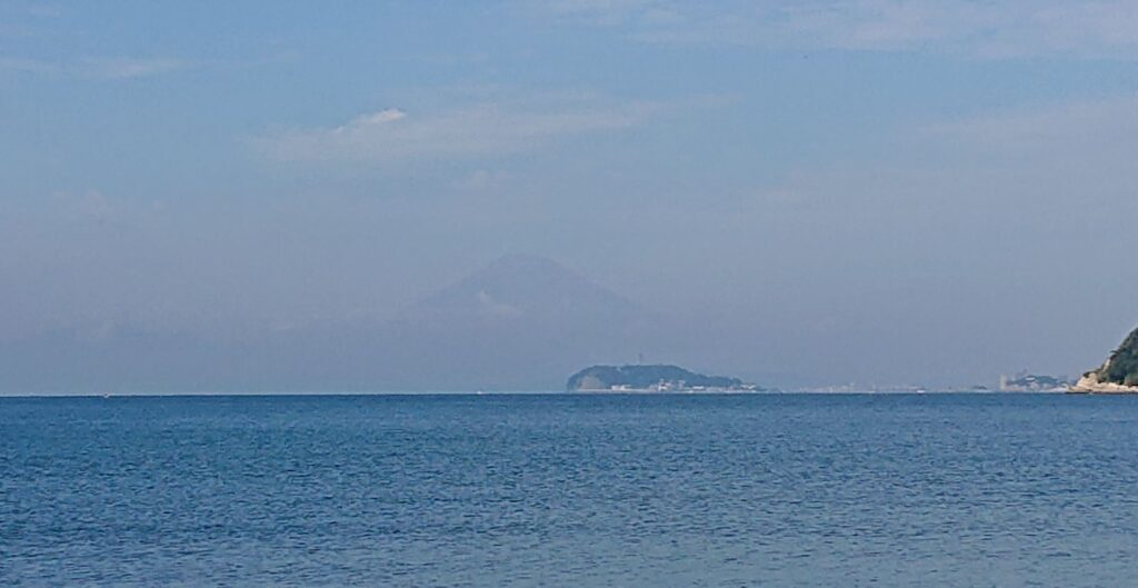 逗子海岸 東浜から江ノ島と富士山望む(拡大) / Enoshima and Mt.Fuji from Zushi Beach (2021 Oct 8th)