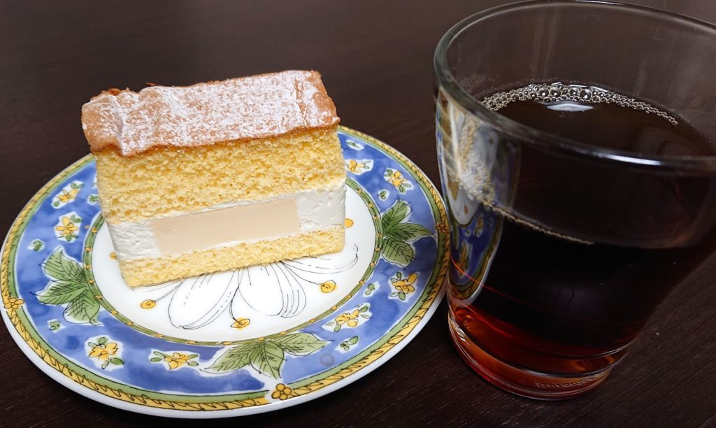 平飼いたまごのプリンサンド とコーヒーの絵
