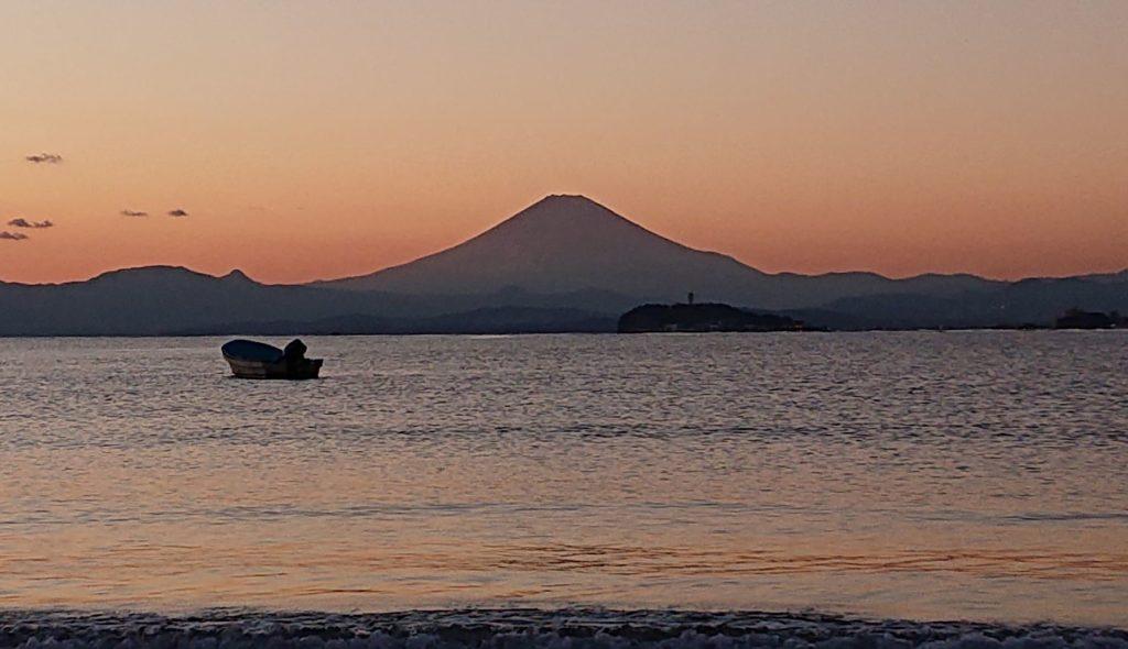 逗子海岸 東浜から江ノ島、富士山望む / Enoshima and Mt Fuji from Zushi Beach (2020 Dec 21st)